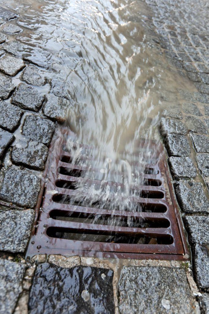 Regnvand som løber ned i rendestensbrønd
